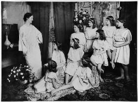 Isadora Duncan (1877-1927) and her pupils, early 20th century (b/w photo)