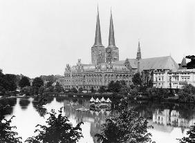 View of the museum with the Marienkirche in the background, Lubeck, c.1910 (b/w photo)