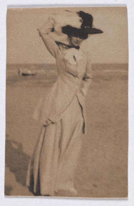 Junge Dame mit großem Hut am Strand, en face - Adolf