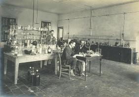 A corner of the chemistry laboratory, from 'Industrie des Parfums a Grasse', c.1900 (photo) 1624