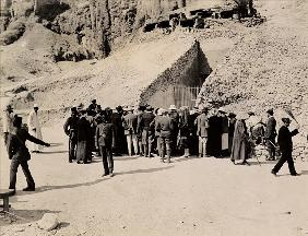 Crowd of interested spectators waiting outside the Tomb of Tutankhamun, Valley of the Kings (gelatin