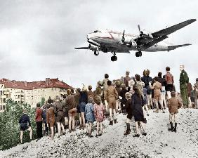 Berlin airlift : Blockade of Berlin by russian : Berliners looking at arrival of planes, approaching in 1948