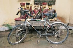 Bicycle at musicians statues , Udaipur, Rajasthan , India (photo)
