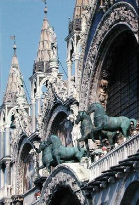 Replicas of The Four Horses above the main door of the facade (photo)
